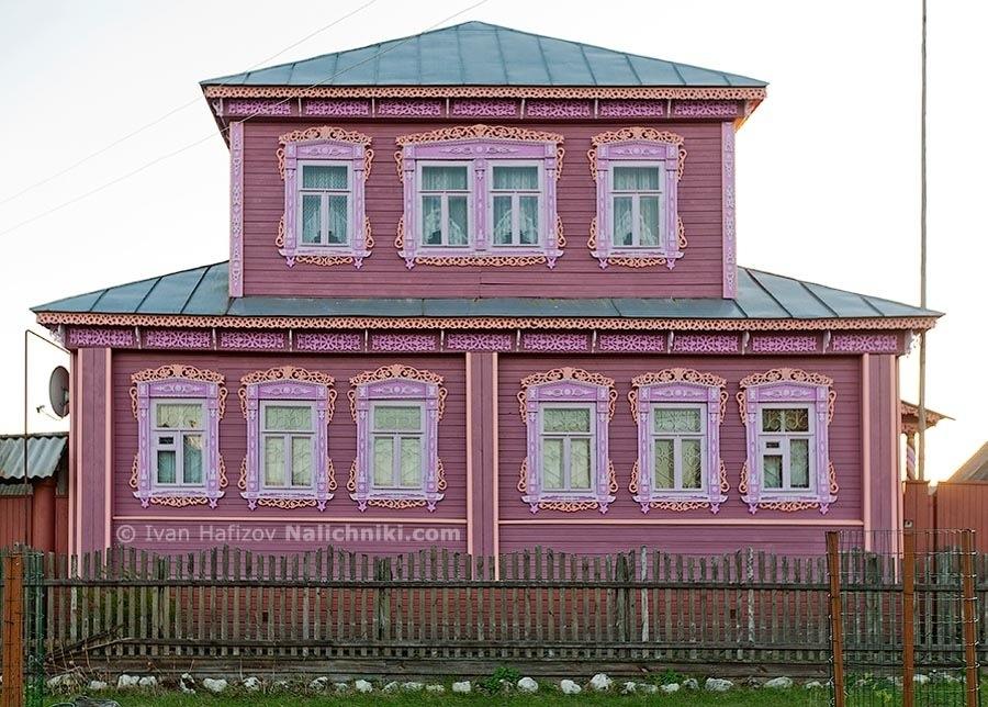 Деревянный загородный двухэтажный дом с прорезными наличниками
