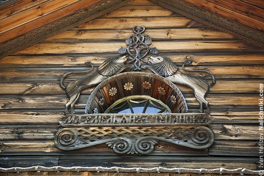 полукруглое окно из музея деревянного зодчества