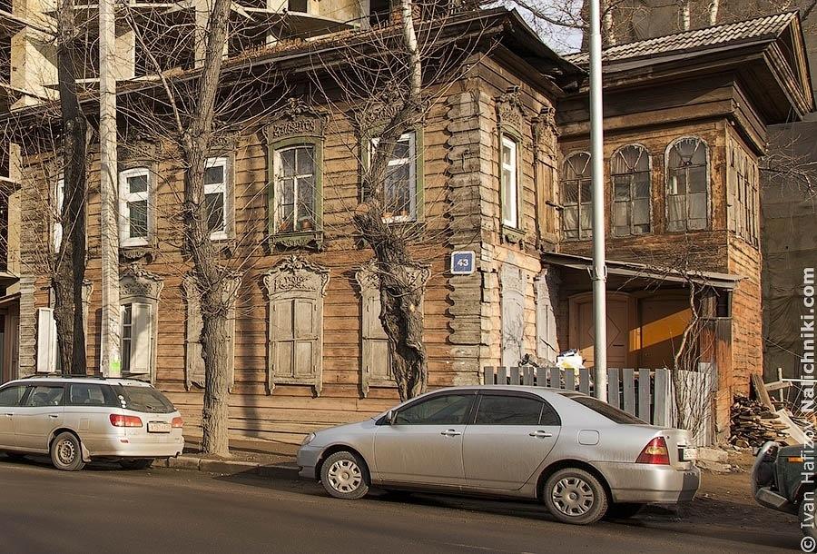 Деревянный дом с имитацией классицизма на углу