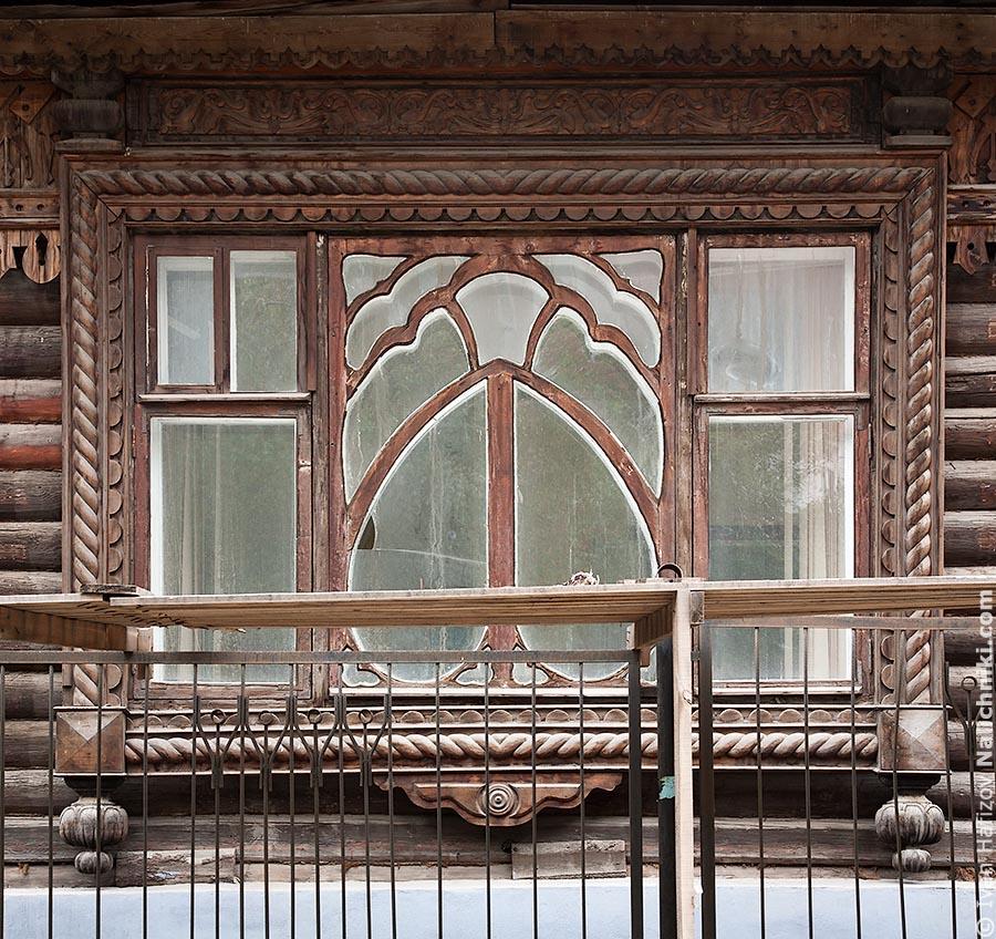 Широкое окно с рамой необычной формы