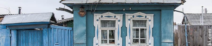 Деревянный дом с двумя окошками