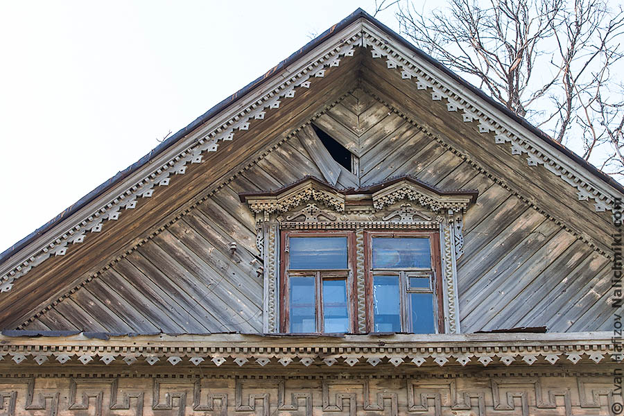 Окно под крышей деревянного дома
