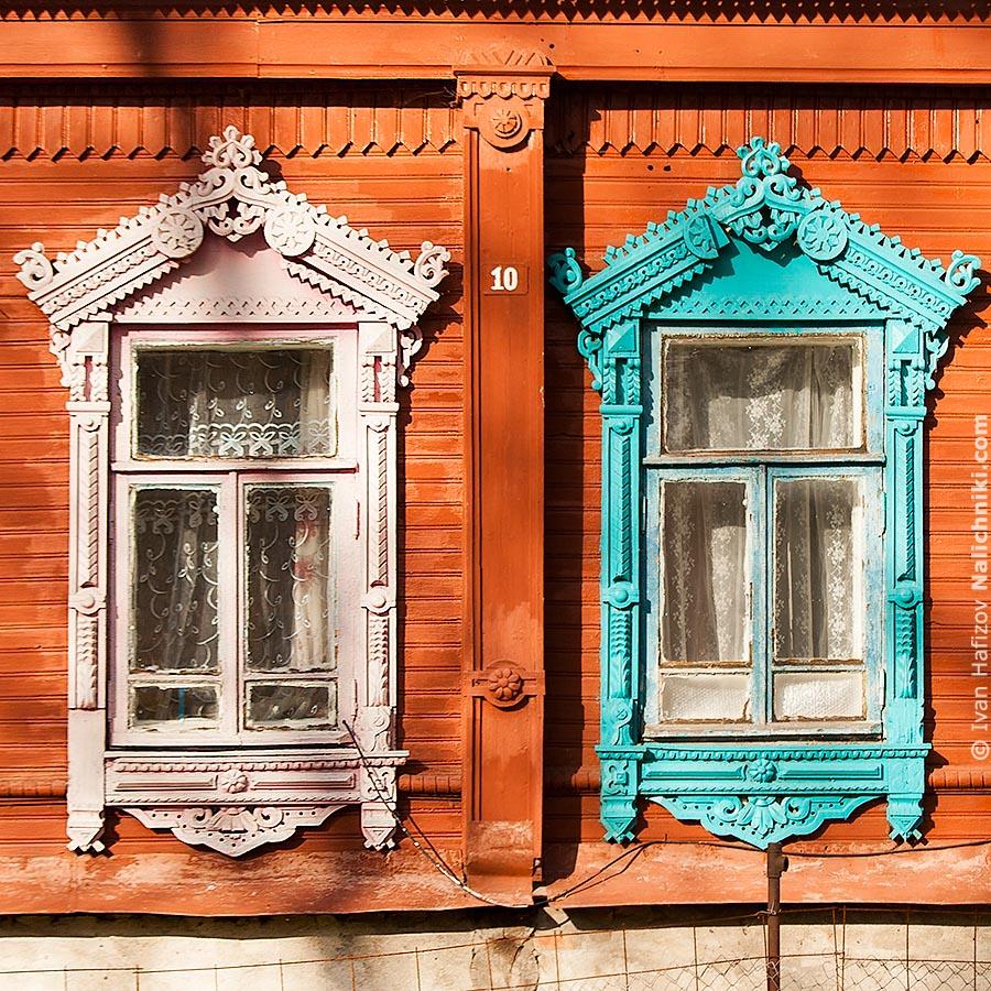 Два оконных наличника разного цвета