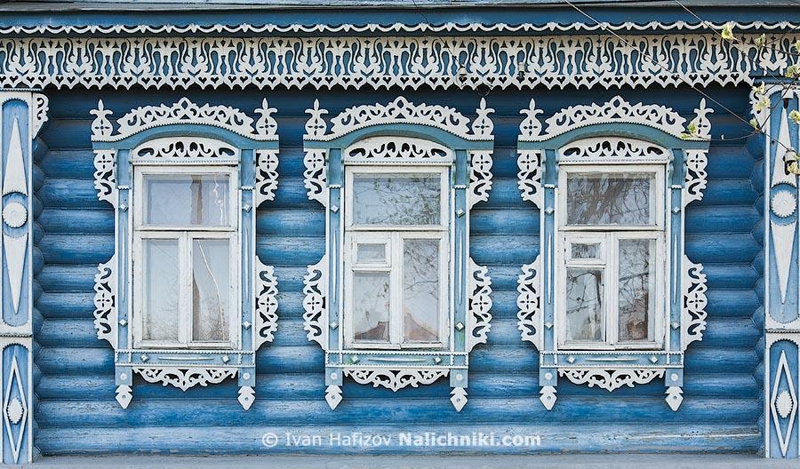 Деревянные наличники белые на голубом