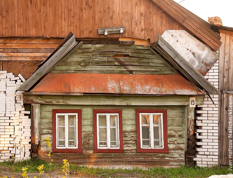 Старый деревянный дом обложенный кирпичем