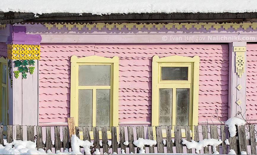 Крашеный ярко-розовой краской деревянный дом из Соликамска