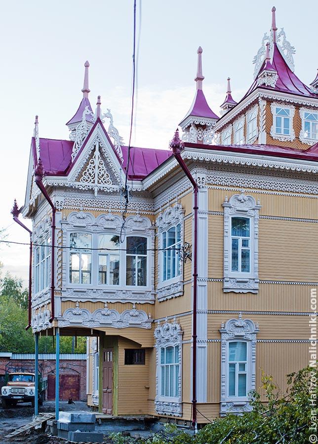Деревянный дом с резьбой в Томске