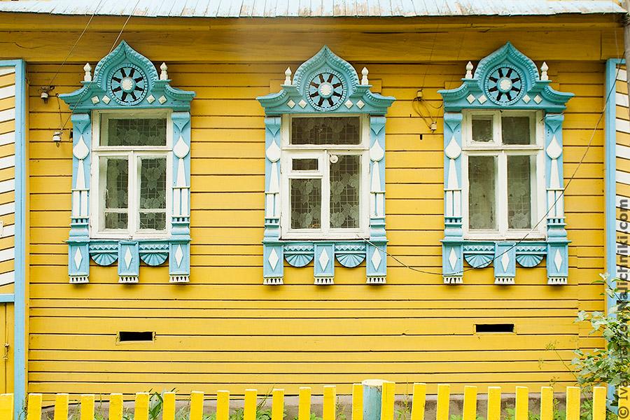 три окна с наличниками из Мышкина