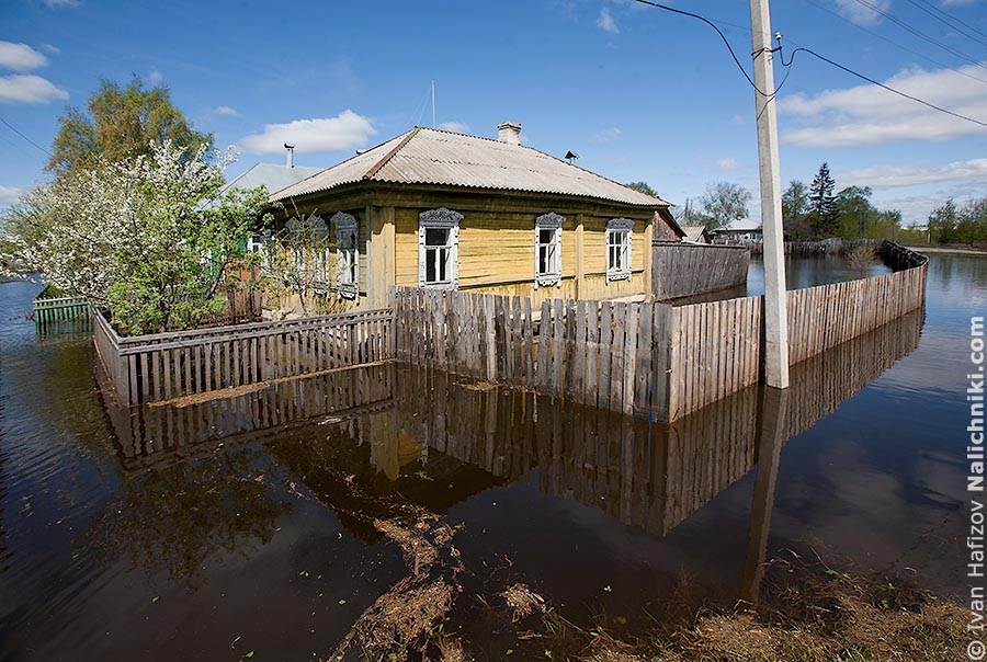 Затопленный водой деревянный дом