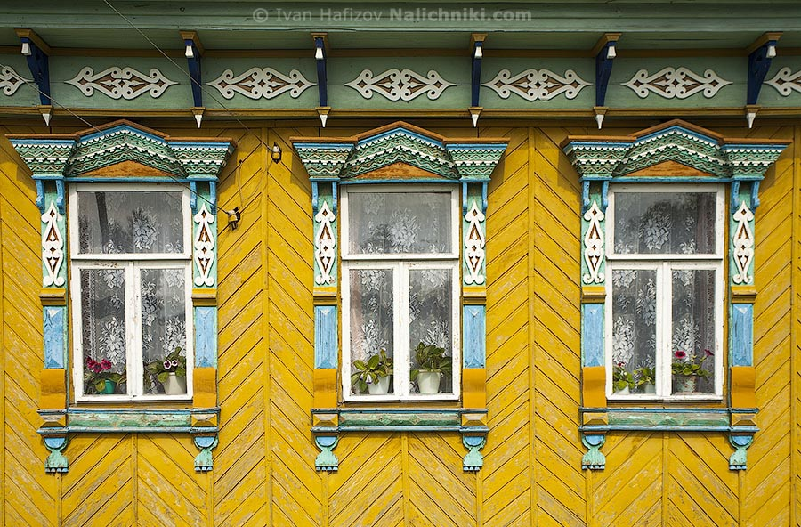 Traditionsl Russian windows with nalichniki