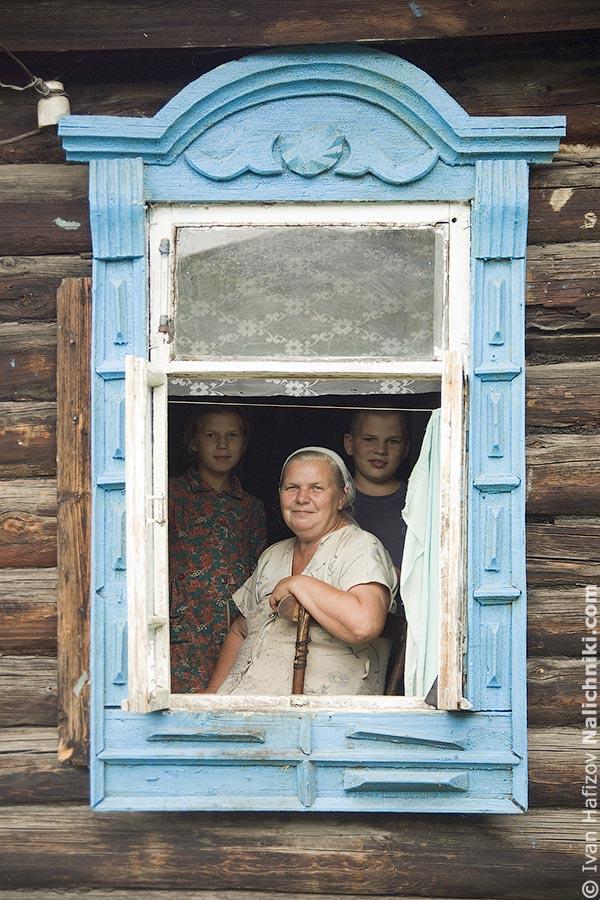 Портрет в окне с резным наличником