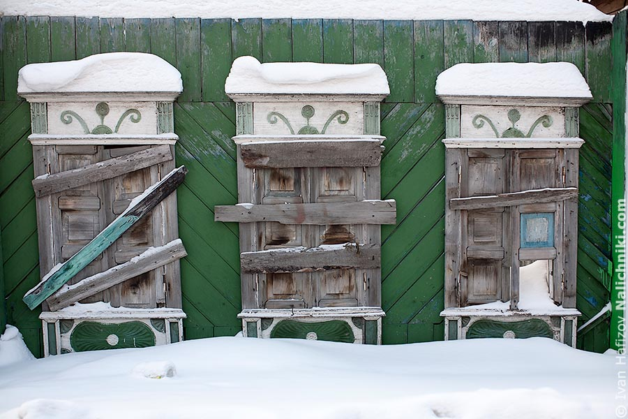 Пермские наличники с деревянными ставнями