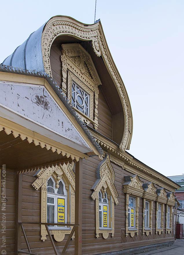 Традиционный русский деревянный дом  с красивыми наличниками