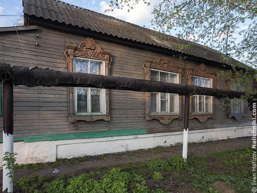 Деревянный дом за газовой трубой