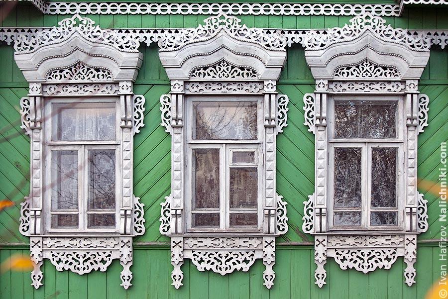 Русские традиционные наличники на окнах деревянного дома