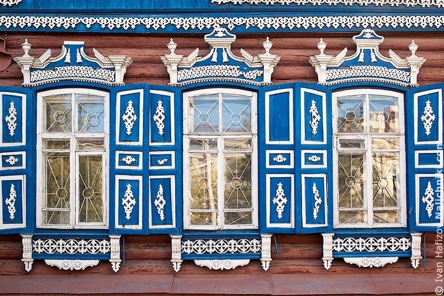 Три омских окна со ставнями