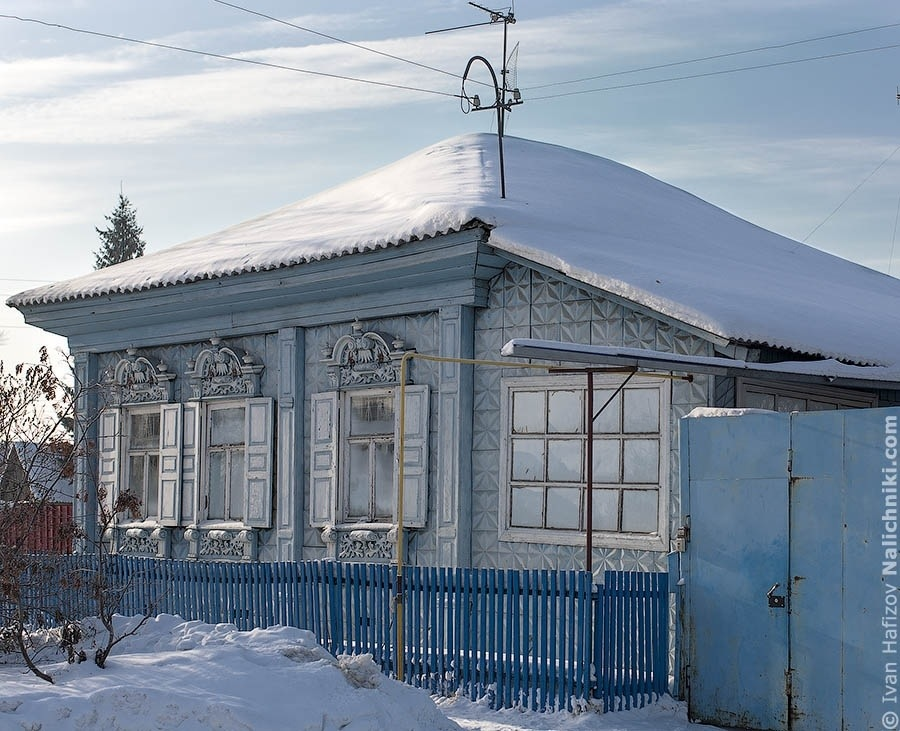 A house in Omsk covered by blue tiles.