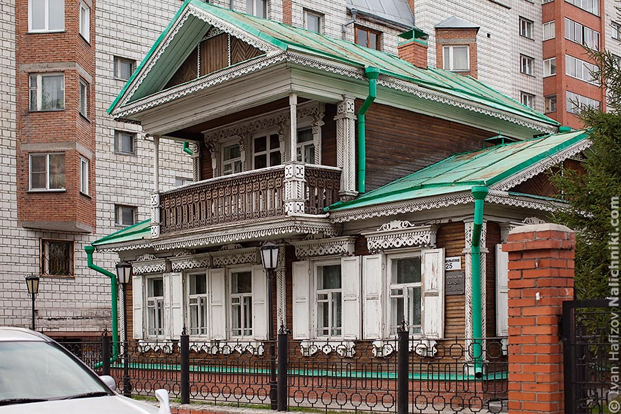 Old  dwelling wooden house at the centre of Novosibirsk
