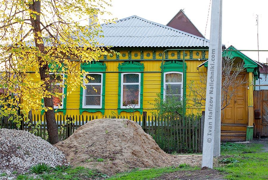 Красивый желтый деревянный дом с крыльцом