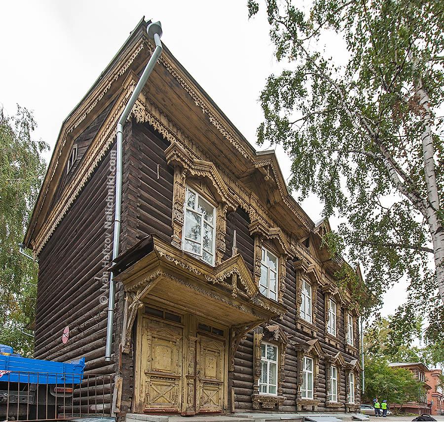 Деревянный дом украшенный резьбой