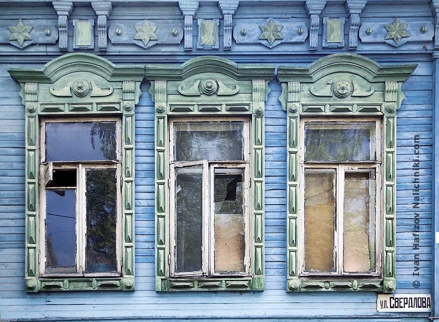 Neat windows frames (nalichniki) in Murom city