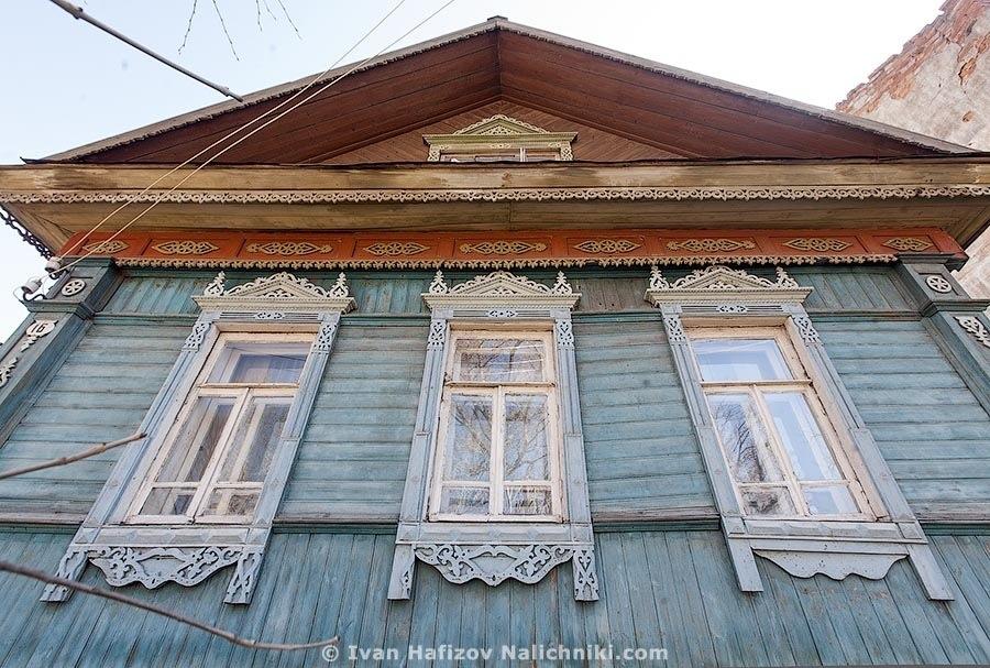 Резной деревянный дом сфотографированный снизу широкоугольным объективом