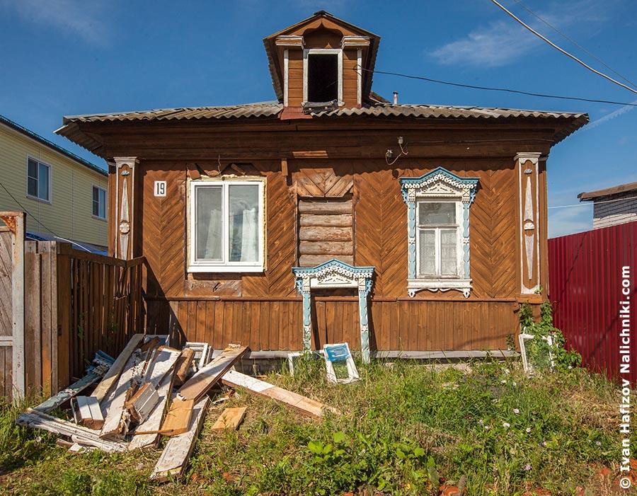Резной деревянный дом со снятыми с дома наличниками