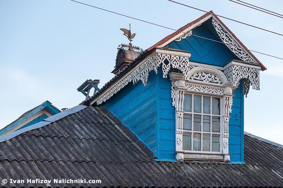 Традиционный русский наличник на слуховом окне из Рыбинска