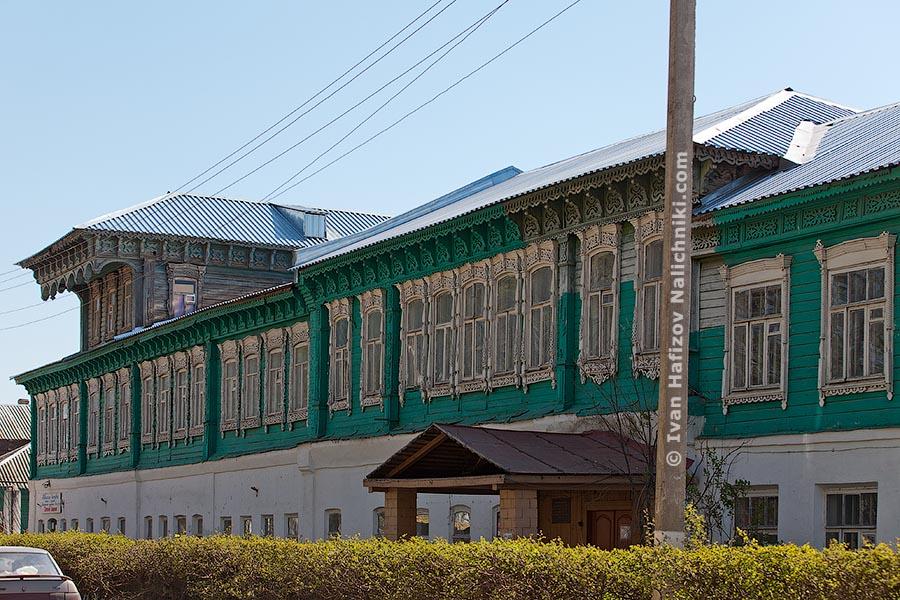 Резной деревянный дом c 26-ю наличниками в ряд