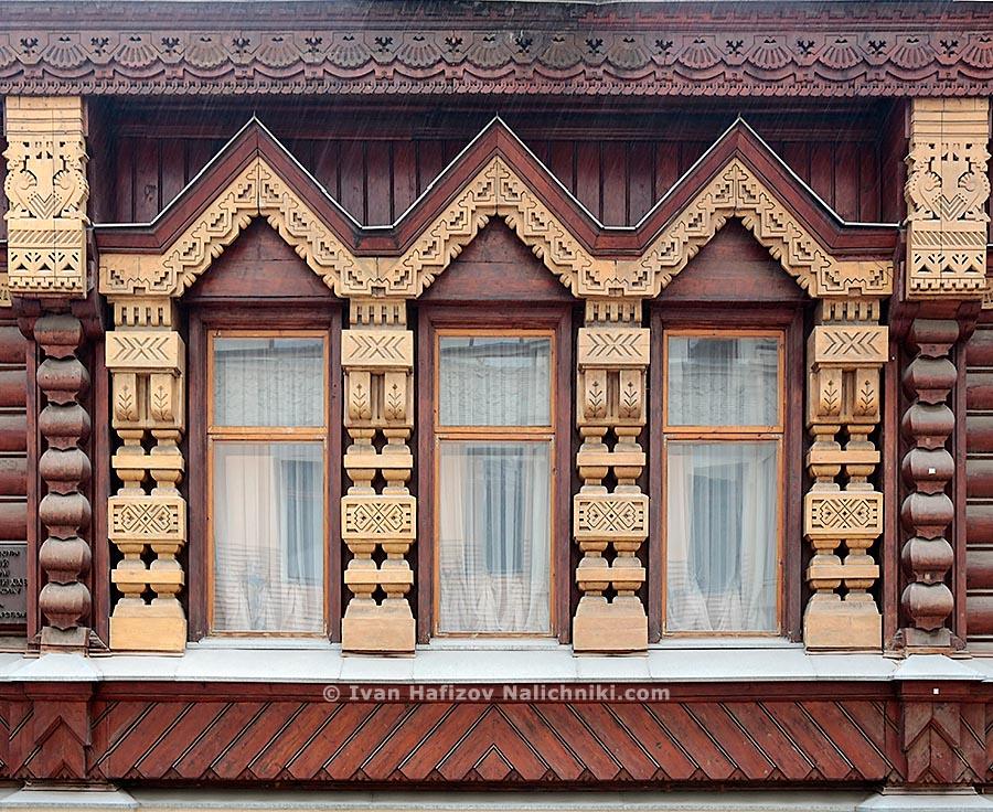 Фрагмент фасада резного деревянного дома