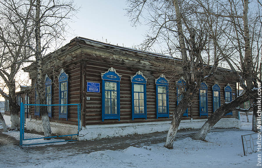 Wooden nalichniki on the school building in Nerchinsk