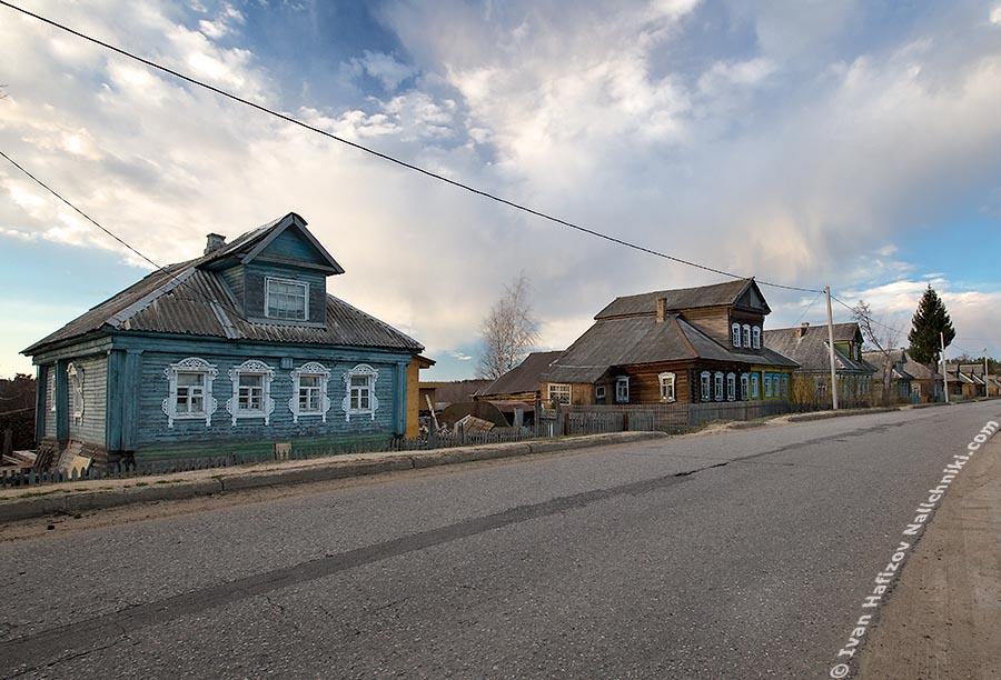 Деревенские дома с резными окошками-наличниками