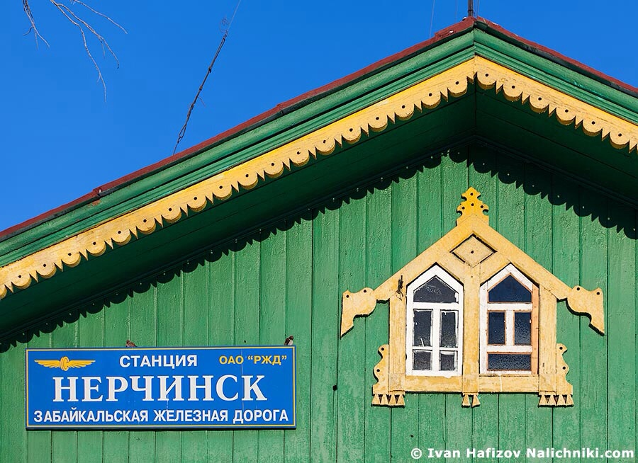 Carved  nalichniki at windows on railway station