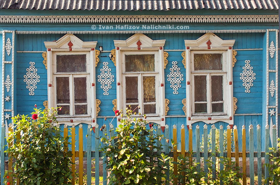 Russian nalichniki and other decoration on wooden house