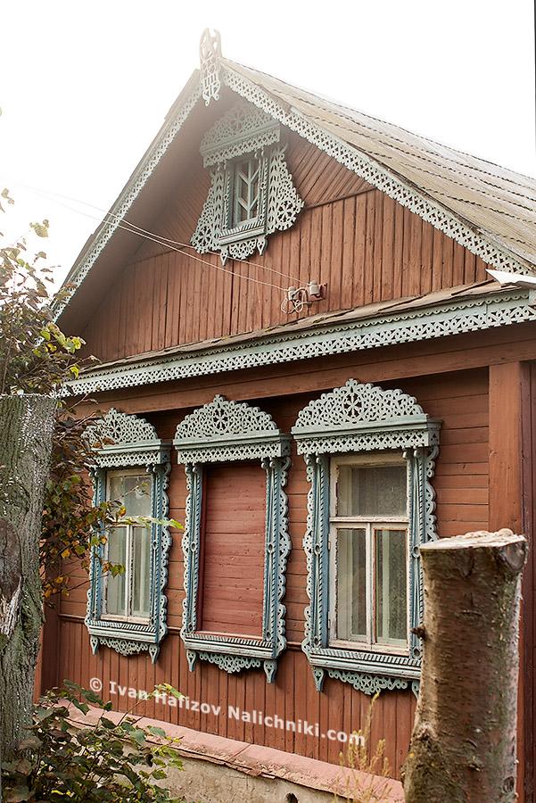 Небольшой красивый дом с очень ажурными наличниками