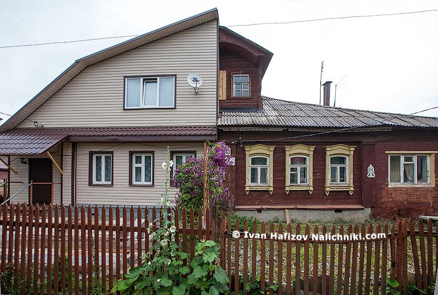 Наполовину перестроенный деревянный дом