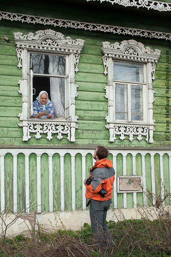 Бабушка в окошке с наличником