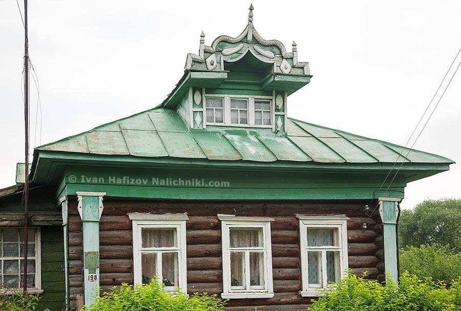 Резной деревянный дом с классическими наличниками XIX века