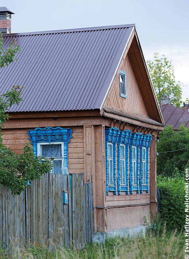 Wooden house decorated with carved nalichniki