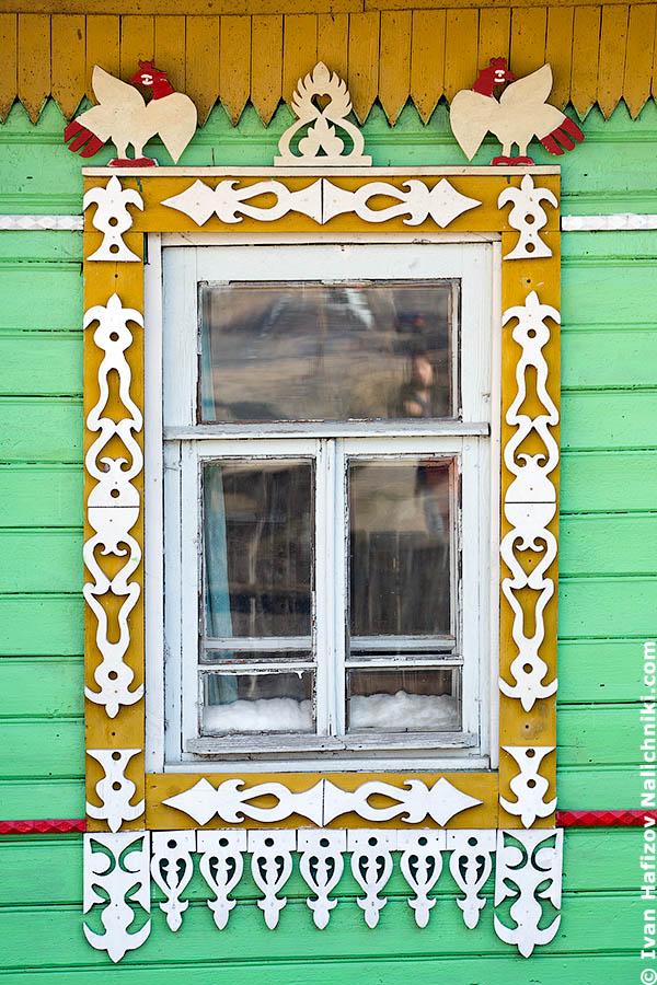 Традиционный русский наличник c петухами