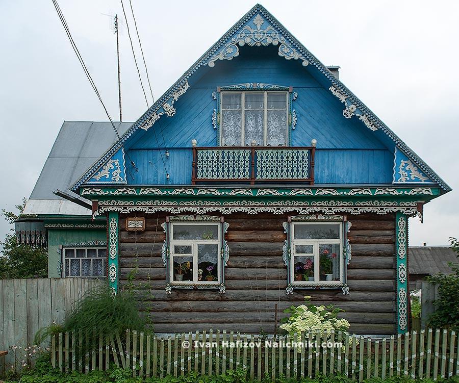Резной деревянный дом с гипсовой отделкой