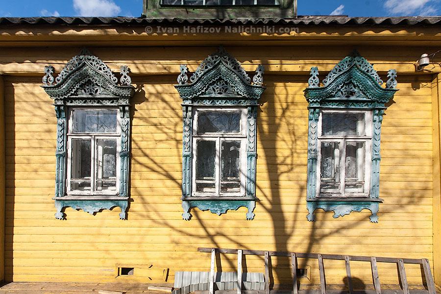 Традиционные русские наличники на фасаде дома из Углича
