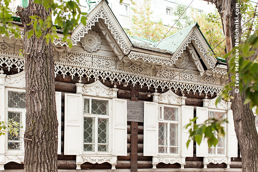 Наличники и резные подзоры на деревянном доме из Новосибирска