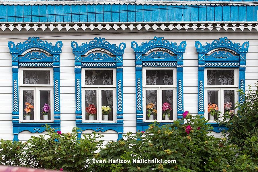 Традиционные наличники из Юрьева-Польского с цветами в горшках!