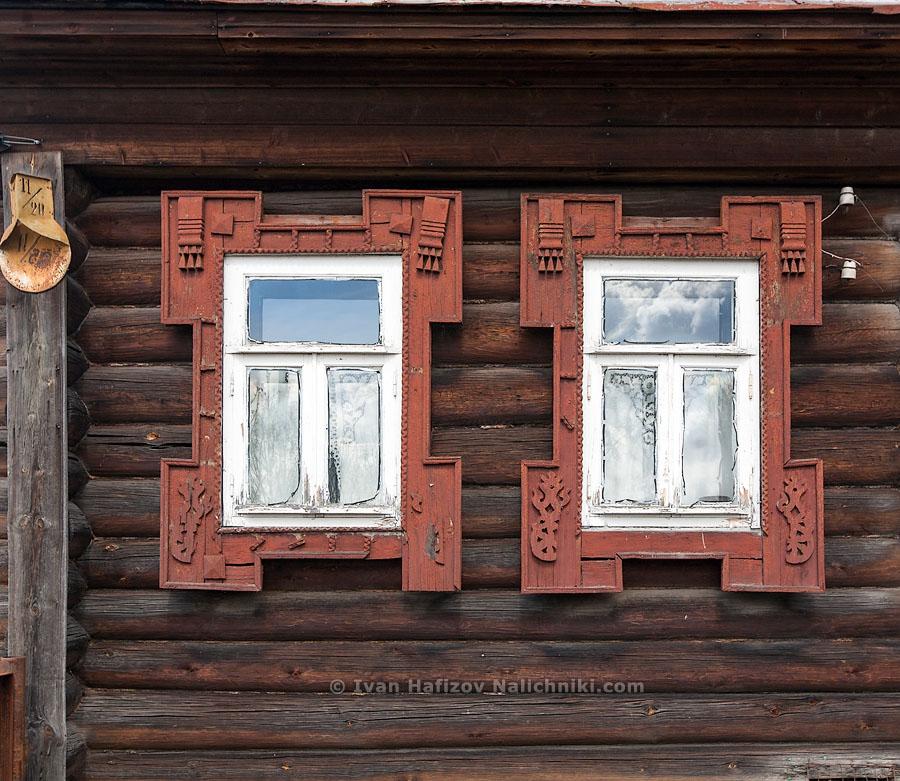 Резной наличник оконный на старинном доме из Кашина Тверской области