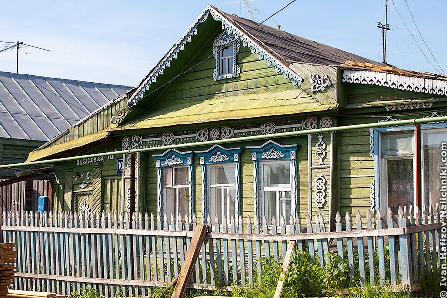 Резной деревянный дом с наличниками