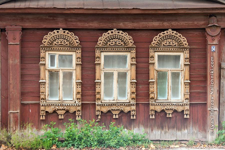 Традиционные наличники на окнах деревянного дома из Иваново