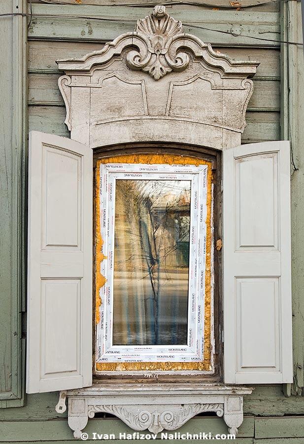 иркутское пластиковое окно с наличником и ставнями