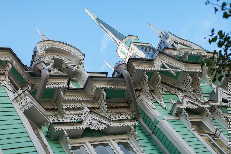 Резные карнизы деревянного дома в Томске