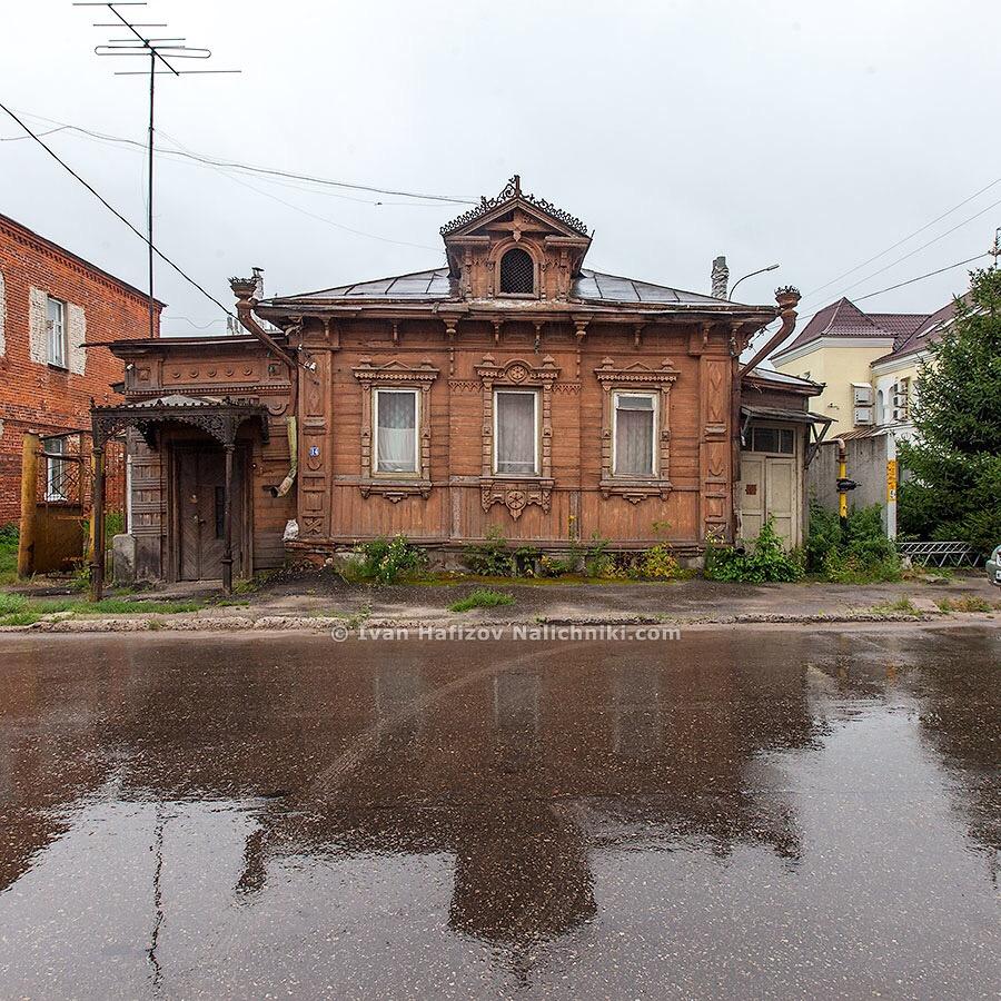 Деревянный дом с кованным крыльцом в Павлове